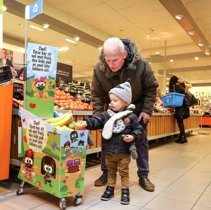 Did you know that some Dutch grocery stores offer a free piece of fruit for children? While the parents do their shopping, the kids have something healthy to munch on.