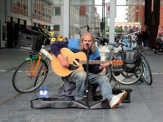 Did you know that the people of The Hague loved the late street musician Chuck Deely so much that he was posthumously honored with a public mural?
