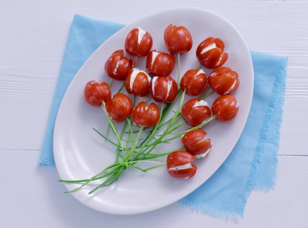 They look like flowers but every single part of this tulip is edible: cherry tomatoes with tasty cream cheese filling and chives for the tulip stems. They make a pretty appetizer or edible table decoration. For Easter, for Mother's Day or simply to celebrate this tulip season. You can make these tomato tulips in just under 30 minutes.